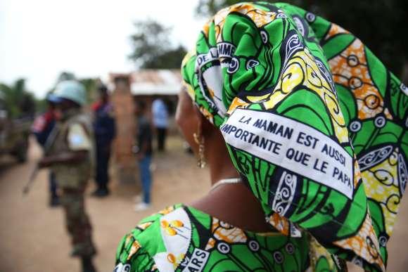 18_mai_2015_nyunzu_katanga_rd_congo_-_une_femme_congolaise_decc81fend_et_promeut_les_droits_des_femmes_via_un_message_imprimecc81_sur_ses_pagnes_17962257508