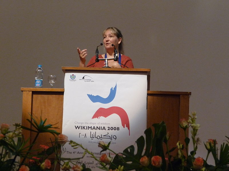 800px-Wikimania_2008_-_Closing_Ceremony_-_Florence_Devouard_-_8