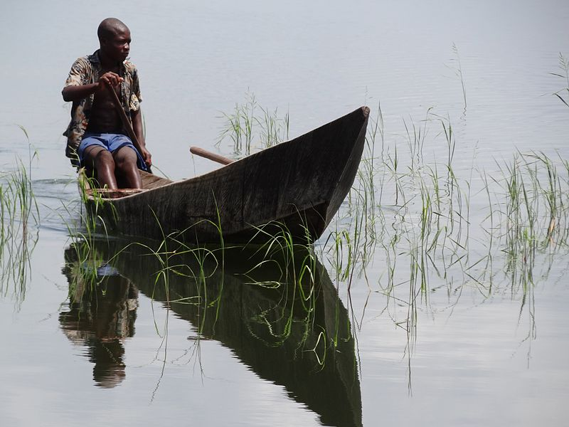 Fisher_on_Lake_Kossou_near_Kousso_in_Côte_dIvoire_11