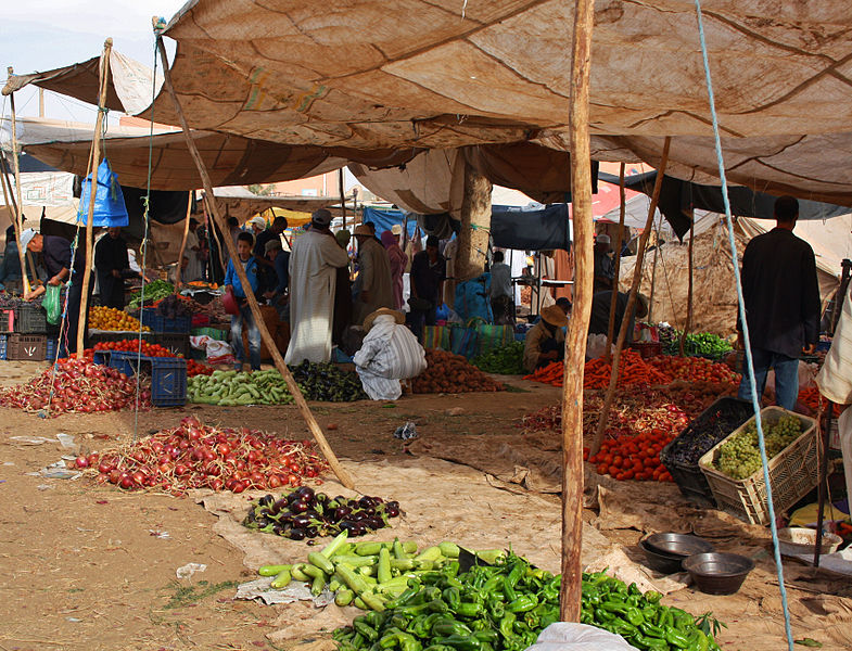 Typical_market_scene_in_a_small_moroccan_village